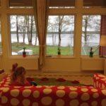 Utsikten inifrån förskolan guldgruvan. Sjön Yngen skymtar i fönstren.