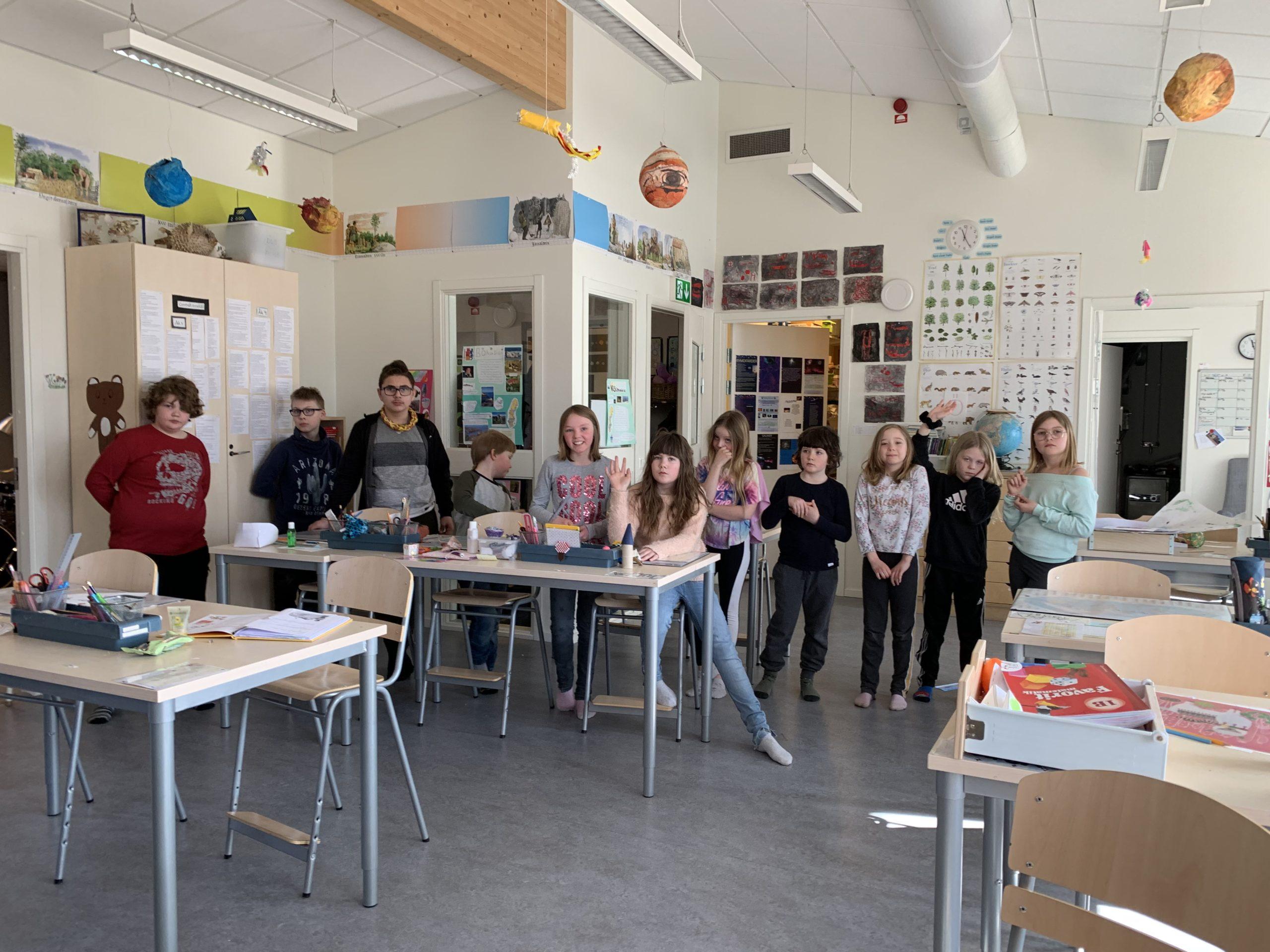 flera barn i ett klassrum