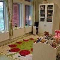 Samlingsrum med matta och böcker