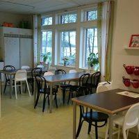 Matrum med flera bord och stolar