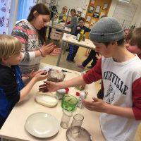 barn som bakar chokladbollar